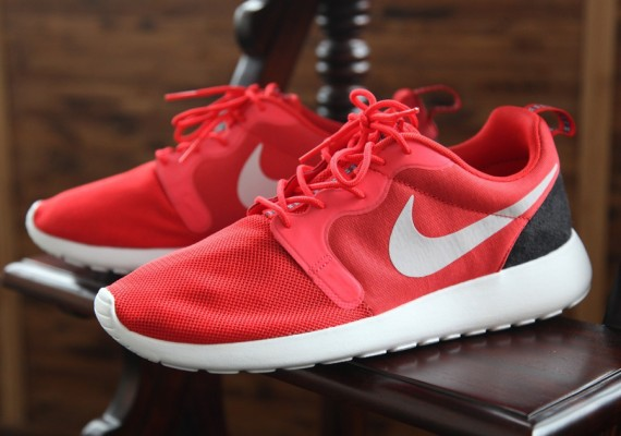 nike-roshe-run-hpf-light-crimson-black-3-570x400