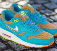 nike-air-max-le-gs-gamma-blue-metallic-silver-total-orange-volt-01-570x424