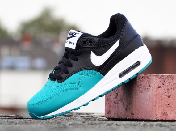 nike-air-max-1-gs-white-black-turbo-green-01-570x424