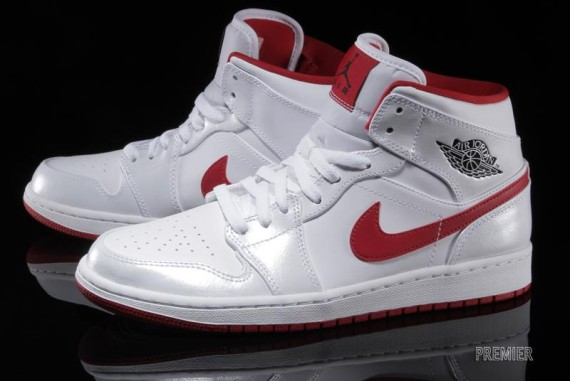 air-jordan-1-mid-white-black-gym-red-02-570x381