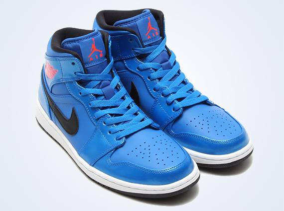air-jordan-1-mid-sport-blue-infrared-23-black-01