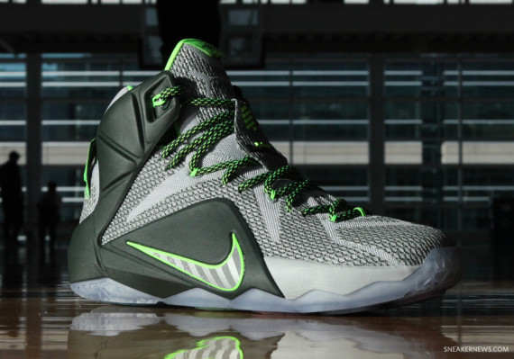 lebron-12-dunk-force-2